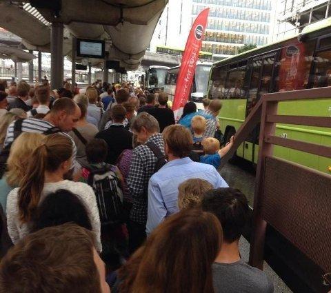 KAOS: Folk står i kø på Oslo S mandag ettermiddag som følge av buss for tog.