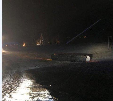 Bussen blåste av veien, skled cirka 30 meter ut på et jorde før den veltet, melder Innlandet politidistrikt klokka 06.24.