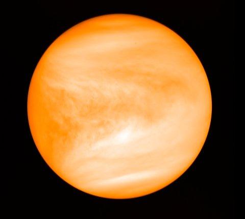 Venus fotografert i 2016 fra den japanske romsonden Akatsuki. Stoffet fosfin, som kan være et tegn på levende mikrober, er oppdaget i planetens atomsfære. Foto: J. Greaves / AP / NTB scanpix