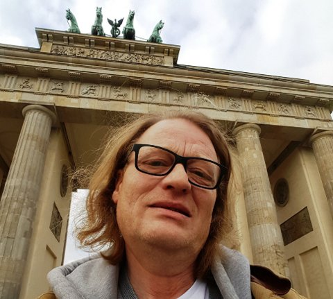 Asbjørn Svarstad foran landemerket Brandenburger Tor i Berlin.