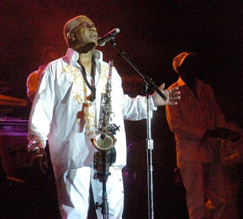 Dennis «Dee Tee» Thomas, her under en konsert med bandet 3. august 2008, er død. Arkivfoto: Joe Gill / The Express-Times via AP / NTB