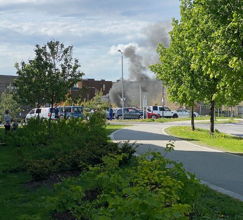 BRANN: Det brenner på stedet, og det er mye røyk i området.