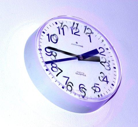 Klokka 03.00 natt til søndag skal klokka stilles en time tilbake. Men det er kanskje siste gang.