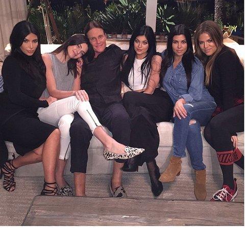 PAPPA FOR FEM: Bruce Jenner med Kim Kardashian,Kendall Jenner, Kylie Jenner, Khloe Kardashian og søsteren Kourtney.