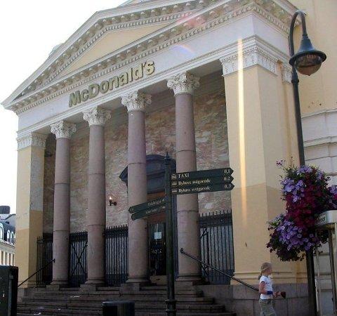 TREKKES FREM: Nå selges det hamburgere i det tidligere bankbygget i Kristiansand.