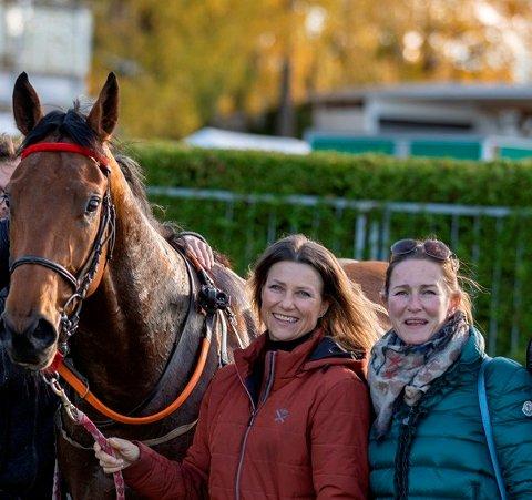 Hesten City Code, prinsesse Märtha Louise og trener Cathrine Erichsen etter seieren på Øvrevoll onsdag. Foto: Hesteguiden / NTB