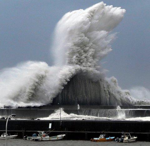 Høye bølger bryter mot havna i Aki i Kochi-distriktet.