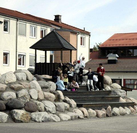 Manglerud skole er andelen elever med annet morsmål enn norsk og samisk på 26,6% i skoleåret 2013-2014. På Mortensrud skole er andelen 96,6 %.