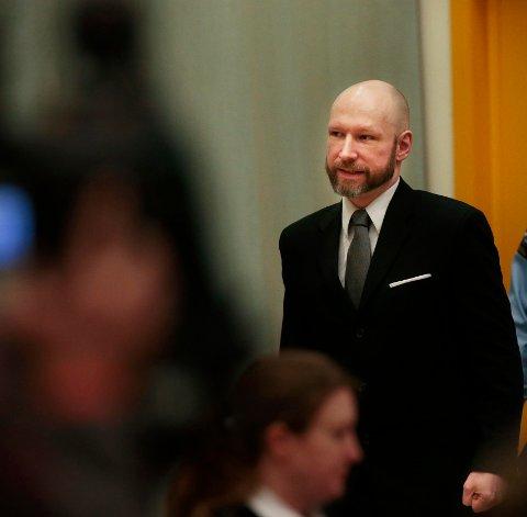 Breivik er ikke skadd av isolasjon og inngripende sikkerhetstiltak, mener regjeringsadvokaten. Her ankommer Breivik rettssalen femte dag av rettssaken.
