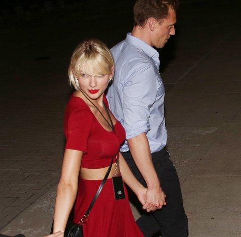TAYLOR SWIFT og Tom Hiddleston på vei til konsert.