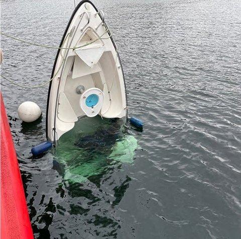 Politiet utelukker ikke at det er en sammenheng mellom de to personene som er savnet i Lindesnes og båten som ble funnet halvt nedsunket onsdag kveld forrige uke. Foto: Politiet / NTB
