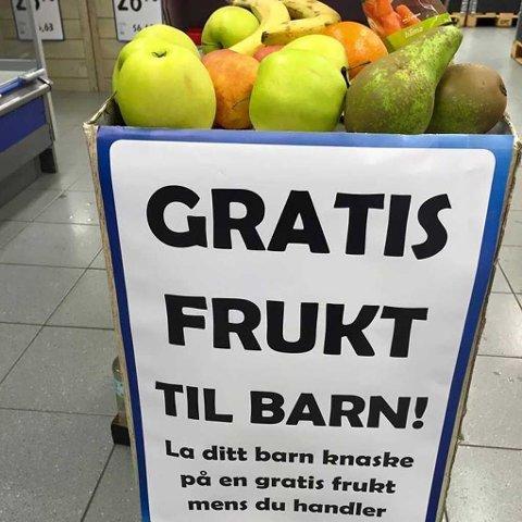 Mange Rema 1000-butikker kjører nå sin egen «fruktkampanje» der de gir ut gratis frukt til alle barn.
