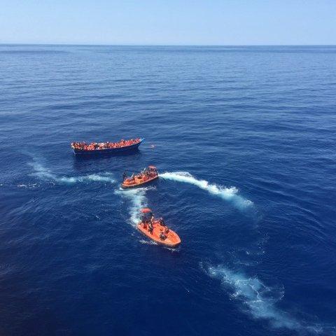 NORSK INNSATS: Det norske skipet Siem Pilot har bistått i redningsarbeidet i Middelhavet i året som gikk. Bildet er tatt 22. august, da 320 mennesker ble berget fra et flyktningeskip.