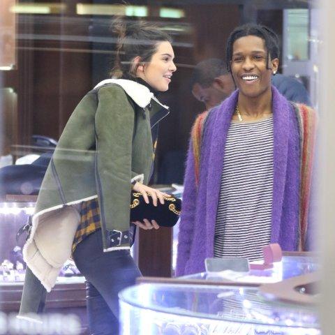 Kendall Jenner og A$AP Rocky handler smykker sammen i Diamond District i New York forrige uke.