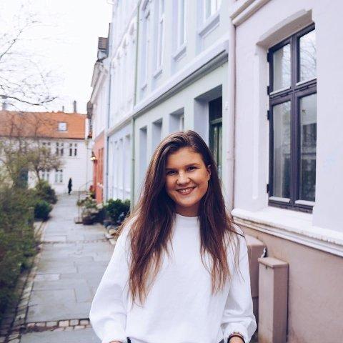 Rebekka Reilstad er russ i år, og velger å holde seg unna alkohol - også utenom russetiden er hun edru på fest.