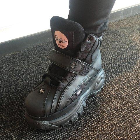De ikoniske Buffalo-skoene ble vist frem på en innkjøpsmesse for høst og vinter 2018/2019 hos Skoringen. Etter at Skoringen Råholt la ut bildet på Facebook, ble det klart at mange savner 90-tallsskoene.