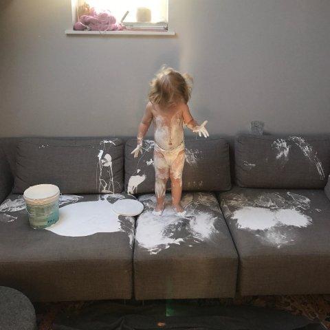 MALEMESTER: Hilma (2) tok for seg av malingsspannet og dekorerte sofaen til over 50.000 på sin egen måte.