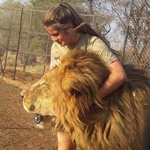 AVBILDET MED LØVE: Her er Swane Van Wyk i nærkontakt med en løve.