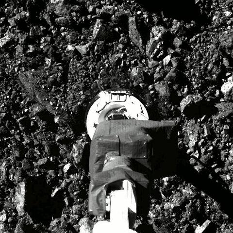 Video av innsamlingsforsøket til romfartøyet Osiris-Rex har styrker troen på en vellykket operasjon på asteroiden Bennu. Foto: NASA / Goddard/University of Arizona via AP / NTB