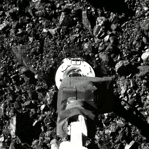 Romfartøyet fra Nasa er så stappfullt av prøver fra den fjerntliggende asteroiden Bennu at lukkemekanismen har kilt seg og verdifulle prøver spres i rommet. Foto: Nasa / Goddard / University of Arizona via AP / NTB