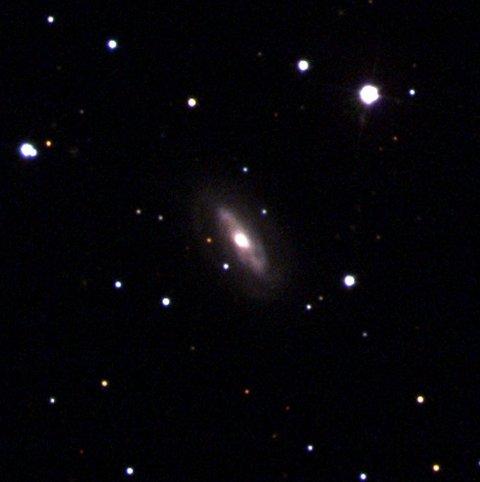 Galaksen J0437 + 2456 antas å være hjemmet til et supermassivt, bevegelig svart hull.