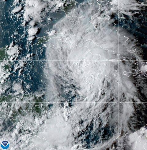 Et satellittbilde av uværet Ida i Karibia torsdag. Foto: NOAA / AP / NTB