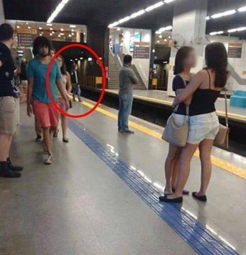 STÅR PÅ DEN GULE STREKEN: I realiteten var det ikke det lesbiske paret som provoserte brasilianeren, men mannen som sto og ventet på toget i bakgrunnen. Foto: Facebook / Nelson Felippe