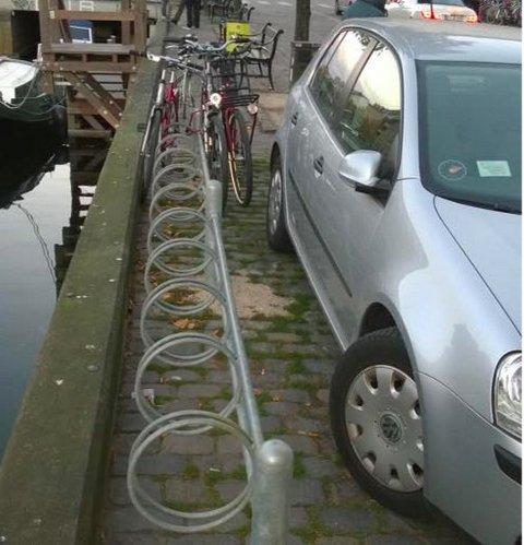 IKKE HELT ENKELT å parkere sykkelen i dette stativet her...