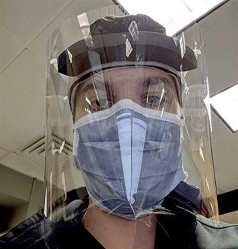 - Hvis jeg dør av koronaviruset akkurat nå, så vil min familie ende opp med studiegjelden min på 433.000 dollar, sier akuttlegen Andrew Tisser.