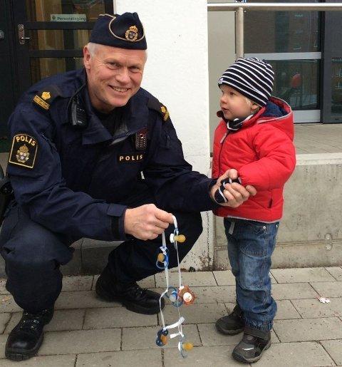 3 ÅR GAMLE FELIX tok selv intiativ til å slutte med smokk og reiste derfor til politiet.