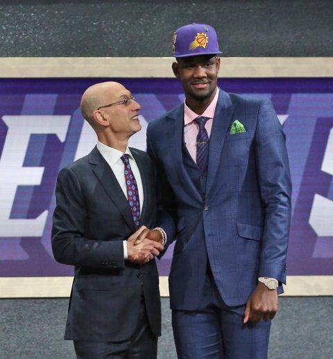 Phoenix Suns valgte Deandre Ayton da klubben for første gang i sin NBA-historie hadde førstevalget i NBA-draften. Foto: Kevin Hagen / AP / NTB scanpix