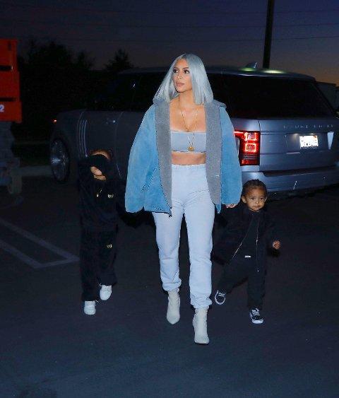 Kim Kardashian, North West og Saint West ute på tur i Los Angeles.