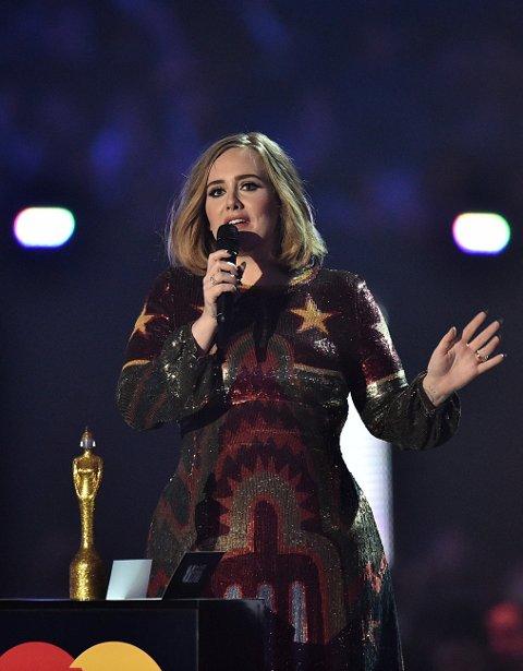 PRISVINNER: Adele på Brit Awards 2016. Under en konsert nylig så stoppet hun hele greia for å be publikum legge bort mobilen og heller nyte det som skjedde rett foran dem.