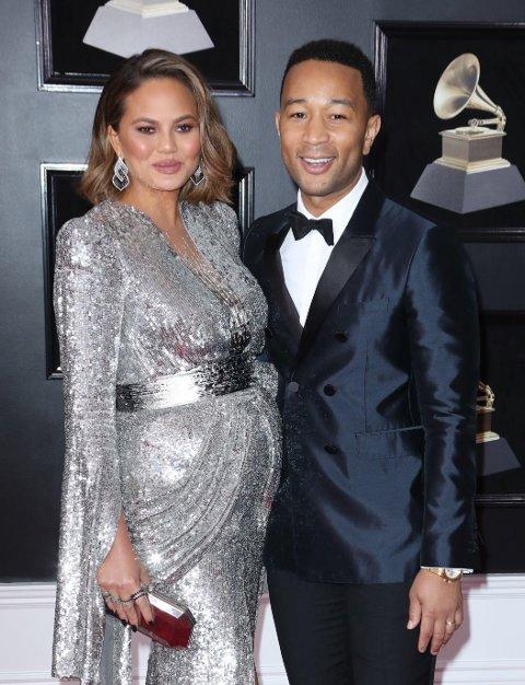 Chrissy Teigen med ektemannen John Legend under årets Grammy Awards.