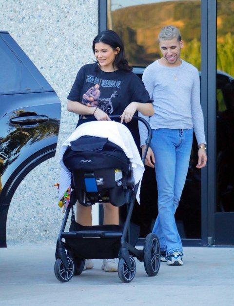 HAR FÅTT TRUSLER: Kylie Jenner har med datteren ut og rundt i Los Angeles. Nå skal realitystjernen ha slettet alle bildene av den fire måneder gamle datteren på grunn av stygge kommentarer og trusler i sosiale medier.