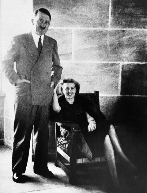 RØMTE?: En nå frigitt FBI-rapport fra 1945 hevder at Adolf Hitler og Eva Braun rømte fra Berlin i krigens siste dager og skjulte seg i Argentina. Her er paret sammen i Bavaria rundt 1940.