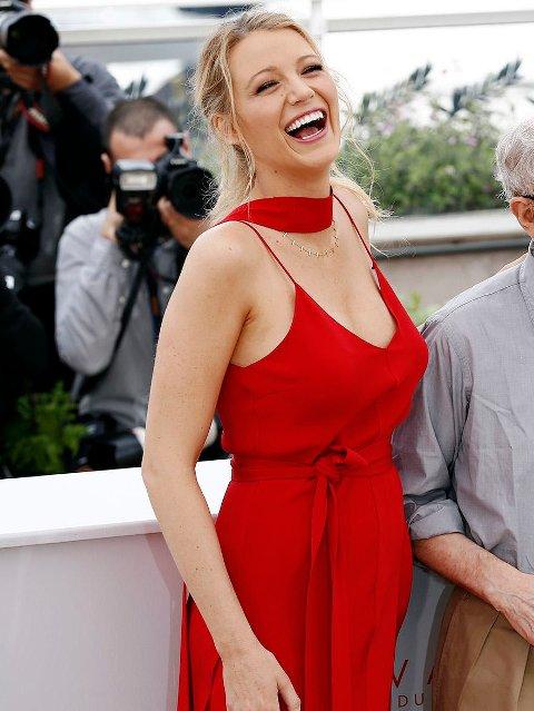 BLAKE LIVELY imponerte med sin rød ejumpsuit i Cannes.