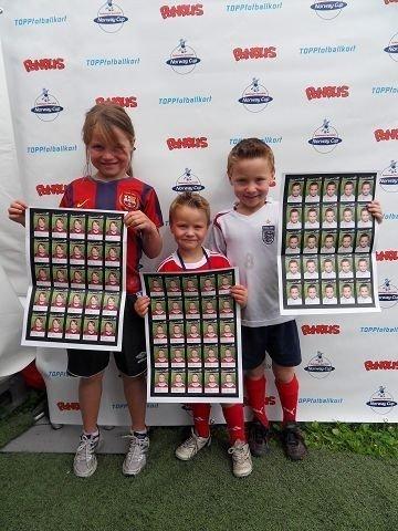 Søsknene Christina (7), Filip (6) og William Osnes-Ringen (3 1/2) fra Nordberg koser seg på Norway Cup. Foto: Ellen Amalie Vold