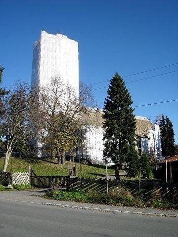 Slik ser Nordberg kirke ut i høst. Om den vil forbli «påkledd» fram til januar er noe usikkert.