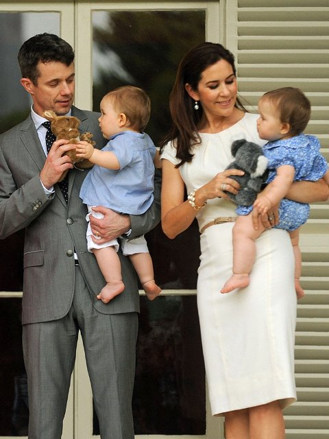 Det danske kronprinsparet er for øyeblikket på offisielt besøk i kronprinsesse Marys hjemland Australia. Her sammen med landets generalguvernør Quentin Bryce og hennes ektemann Michael. Kronprinsparet har med sine ti måneder gamle tvillinger på turen, her Frederik med prins Vincent og Mary med prinsesse Josephine.