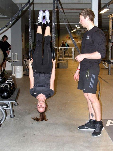 MED KROPPEN SOM MOTSTAND: Det er mye å tenke på når man henger oppned og skal «pendle» med armer og bein samtidig som magen skal strammes og kroppen skal holde en rett linje.
