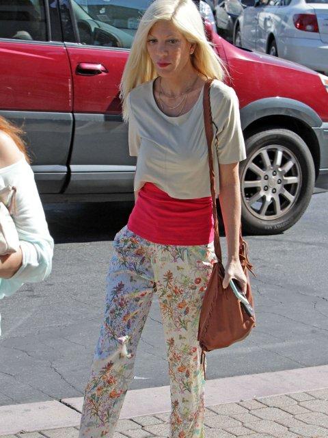 APRIL 2014: Tori Spelling ute på shopping i LAs gater.