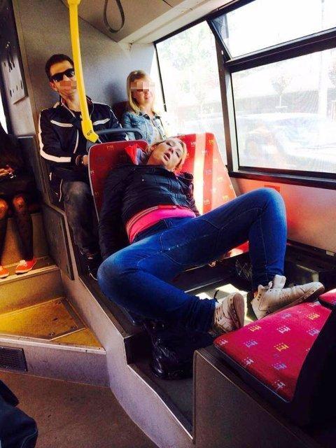 KLAGER PÅ NETT: Passasjerer i Sydney er lei forsinkelser, dårlige tog og dårlig service og har tatt til sosiale medier for å dele sin frustrasjon. Er en annen sovende passasjer fra offentlig kommunikasjon i Europa. Illustrasjonbilde.