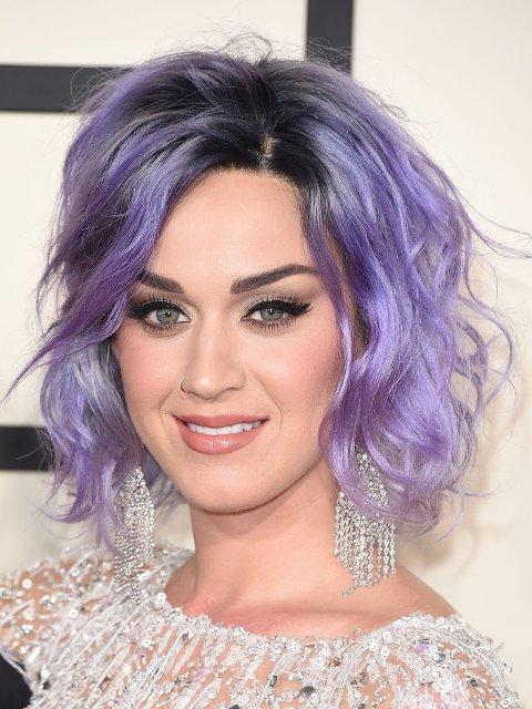 I FEBRUAR dukket Katy Perry opp med lilla hår under Grammy-utdelingen.