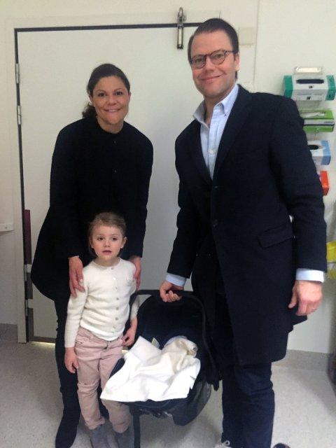 FAMILIE PÅ FIRE: Prinsessan Estelle besøkte mamma Victoria og lillebror på Karolinska torsdag morgen. Stolt pappa prins Daniel holder minstemann.