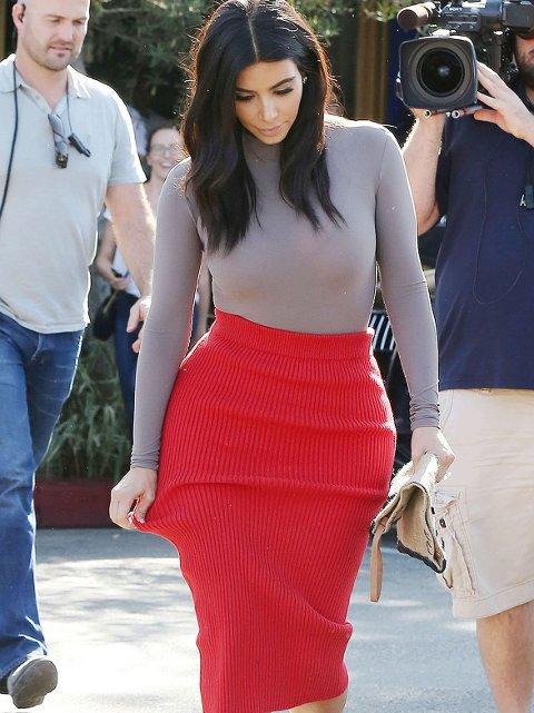 HOT OR NOT: Kim Kardashian måtte dra litt i plaggene når hun nylig var ute til lunsj i Los Angeles.