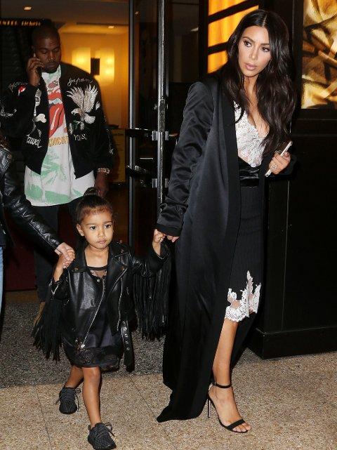 MINI ME: Kim Kardashian passer på at datteren North West matcher henne når de er ute på vift. Pappa Kanye West sees i bakgrunnen.