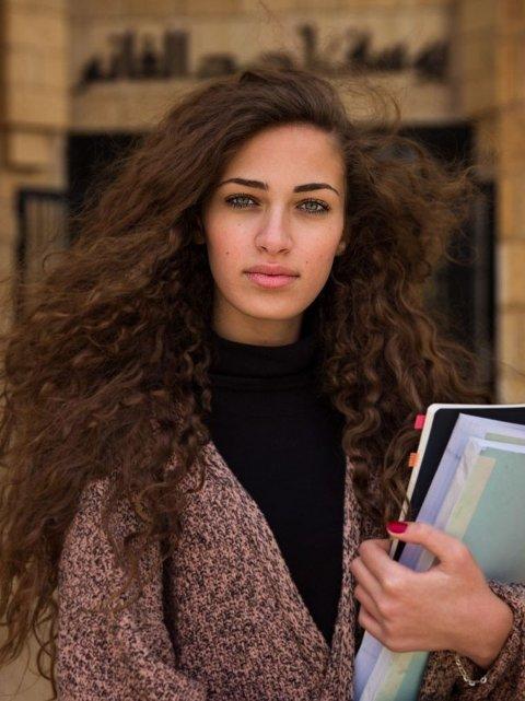 """Palestina: Amal - navnet betyr """"håp"""" på arabisk - er palestinsk, men har bodd i Saudi Arabia siden hun var fem år gammel. """"For et år siden kom jeg tilbake til Palestina for å studere. Jeg føler meg hjemme her. Jeg føler at jeg kan bli den kvinnen jeg ønsker å bli"""", fortalte hun til Noroc."""