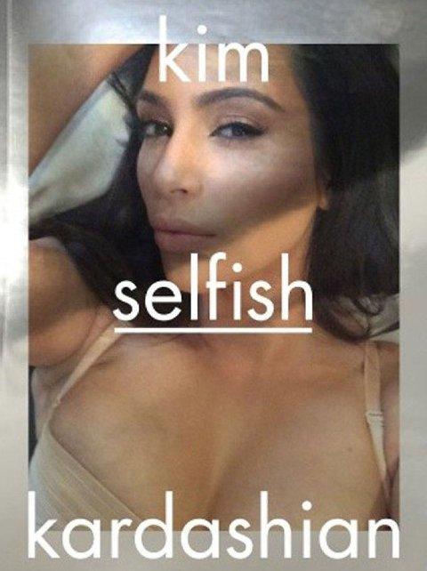 SELFIEDRONNINGEN: Kim Kardashian har gitt ut boka Selfish, en bok med selfiebilder.