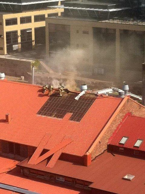 TAKBRANN: Det brenner i taket til Fiskars i Nydalsveien 32B.